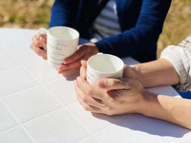 講演でお茶をする男女のイメージ